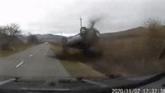 Phóng nhanh, ôtô mất lái lộn nhiều vòng trên đường
