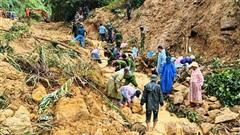 Khoảnh khắc đáng sợ trong vụ sạt lở núi ở Quảng Nam khiến 1 người mất tích