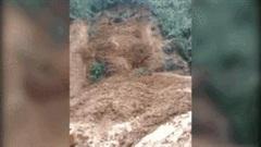 Khoảnh khắc núi lại lở ngay nơi đoàn cứu hộ đang tìm người mất tích