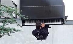 Clip nghệ sỹ piano treo lơ lửng trên không trung biểu diễn