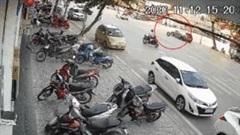 Lốp ô tô bất ngờ văng khỏi xe SUV lao thẳng vào nhà dân