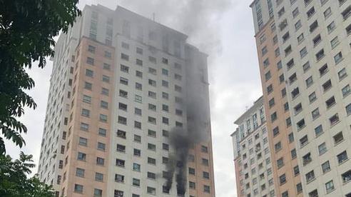 Hà Nội: Cháy dữ dội tại chung cư ở Hà Đông sau tiếng nổ lớn, người dân hoảng loạn chạy từ tầng 13 xuống đất lánh nạn