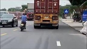 Xe máy và container rượt đuổi nhau như phim hành động trên QL10