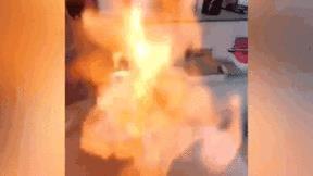 Nước máy ở Trung Quốc bốc cháy phừng phừng khi được châm lửa