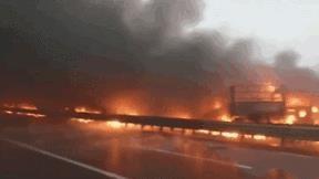 Khoảnh khắc lửa lớn bao trùm đường cao tốc khi 40 phượng tiện lao vào nhau