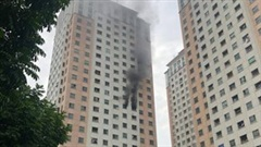 Khói đen kèm tiếng nổ phun ra từ ban công phòng ngủ tại chung cư ở Hà Nội