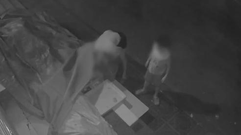 Nửa đêm không ngủ, người phụ nữ dắt con trai cầm theo cả xô đi trộm