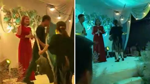 Nhảy lố trên sân khấu, người đàn ông bị vợ cầm chuổi đuổi đánh