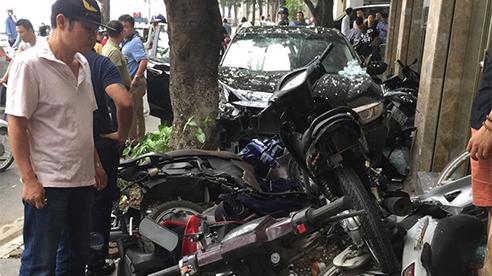 Ô tô lao lên vỉa hè tông nhiều xe máy và người uống cà phê