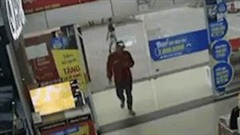 Nam thanh niên lao đầu húc vỡ cửa kính siêu thị vì mải xem điện thoại