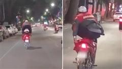Nam shipper nhảy cả hai chân lên xe máy, lao vun vút trên đường