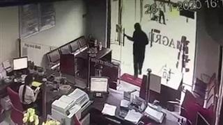 Nam thanh niên bịt mặt đại náo phòng giao dịch ngân hàng ở Đồng Nai
