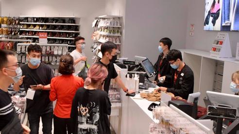 Black Friday tại Hà Nội và Sài Gòn: Gian hàng vừa mở cửa 10 phút, khách đã xếp hàng chờ... thanh toán