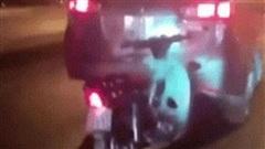 Clip: Ghim vào đuôi ô tô, xe máy bị kéo đi khắp phố, bao người kinh ngạc, tò mò về nguyên nhân