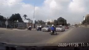 Đâm trực diện vào ô tô, chồng bỏ vợ nằm đau, hốt hoảng đuổi theo con chó