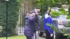 Dù đang đau đớn đi từng bước, Maradona vẫn giơ tay chào một cô bé