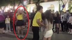 Tình cờ thấy bạn trai được tỏ tình trên phố đi bộ, cô gái tức giận yêu cầu giải thích nhưng cú ngã giả trân của 'nữ phụ' mới khiến tất cả phẫn nộ