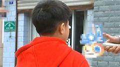 Con trai bị tát in hằn vết tay trên mặt, câu trả lời của cô giáo khiến phụ huynh bốc hỏa