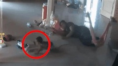 CLIP: Bất giác thấy con rết bò ngay cạnh con trai, bà mẹ có pha xử lý 'nhanh như chớp'