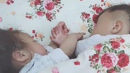 Cặp sinh đôi thường xuyên chí chóe nhau, khi hai con ngủ say bà mẹ lật chăn lên thì lập tức mỉm cười hạnh phúc