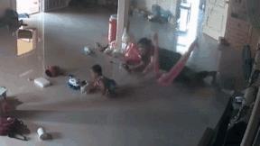 Cảm nhận được mối đe dọa, mẹ kịp cứu con 1 tuổi khỏi bị rết khổng lồ cắn