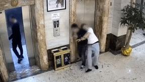 Say rượu và cái kết đắng ở thang máy khách sạn