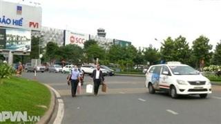 Vất vả đón xe công nghệ tại sân bay Tân Sơn Nhất