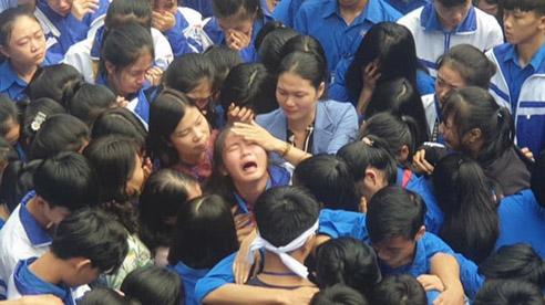 ĐỪNG LỠ ngày 30/11: Cả ngàn thầy cô và học sinh ôm nhau bật khóc giữa sân trường; Thang máy chung cư rơi tự do, nhiều người bị thương
