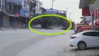 Pha đâm kinh hoàng của xe điên vào xe máy: 1 người bay lên nóc nhà, 1 người chết tại chỗ