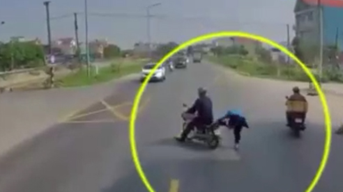 Đang đèo nhau thì xe container phía sau hú còi, phản ứng của cặp vợ chồng 'đốp nhau chan chát'