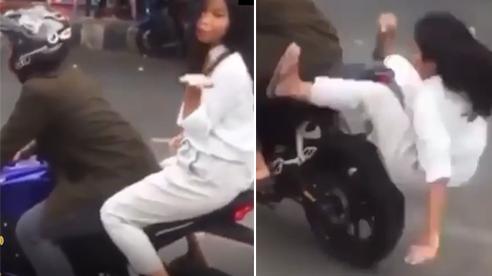 Ra oai hôn gió trên xe phân khối lớn, cô gái ngã ngửa sau pha tăng ga bất ngờ