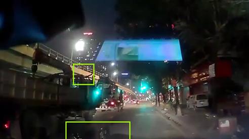 Lao thẳng vào thanh sắt dài, người đi xe máy ngã bất động, nhưng phẫn nộ hành động của tài xế