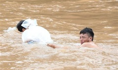 Cận cảnh học sinh Huổi Hạ chui túi nilon qua suối đến trường