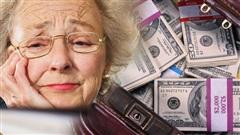 Khăng khăng bắt bà cụ phải ra cây ATM rút tiền, 1 lát sau nhân viên ngân hàng hối không kịp