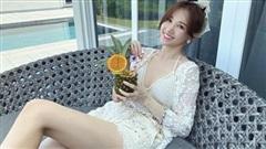 Đệ nhất mỹ nhân kín đáo Vbiz hẳn là Hari Won: Diện bikini đi biển vẫn phải trang bị cả lố áo dài, mũ mão để che chắn