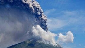 Núi lửa Indonesia phun trào cao hơn 4km, hàng nghìn dân đi lánh nạn