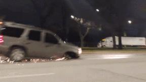Mất 1 bánh trước, ô tô vẫn chạy băng băng gây tóe lửa trên phố