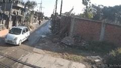 Khoảnh khắc ô tô cố băng qua đường ngang bị tàu hỏa tông văng xa