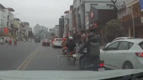 Xe con đột ngột quay đầu chỗ cấm khiến 5 ô tô và 3 xe máy thót tim