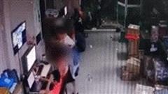 TP.HCM: Kinh hoàng khoảnh khắc cô gái rút dao đâm bạn trai tử vong ngay tại nơi làm việc rồi bỏ về nhà tắm rửa trước khi ra đầu thú