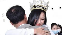 Khoảnh khắc Hoa hậu Việt Nam 2020 ôm chặt bố ngay khi vừa xuống máy bay trở về quê