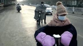 Xe tưới đường phun nước 'đóng băng', hàng loạt phương tiện trượt ngã