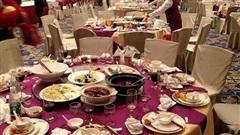 Phát hiện 1 ông lão vào tiệc cưới trộm thức ăn thừa, chủ khách sạn đứng từ xa, phản ứng bằng 1 hành động khiến nhân viên thán phục