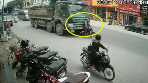 Bị 'găm'chặt vào đầu xe tải, ông chú vẫn bình tĩnh đáng kinh ngạc