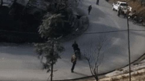 Không đội mũ bảo hiểm, thanh niên vội quay đầu 'cực gắt' khi vừa thấy CSGT