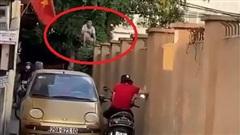 Xe máy và ô tô quyết không nhường đường, bao phương tiện dừng chờ, người dân leo lên tường để 'hóng'