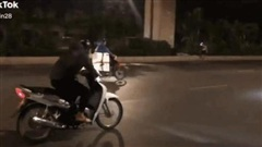 CLIP: Say sưa bốc đầu xe giữa phố, thanh niên sẽ 'chột dạ' nếu biết nhân vật đi đằng sau