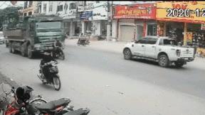 Tình huống giao thông khó tin: Xe máy 'kéo lê' xe ben cả đoạn đường dài