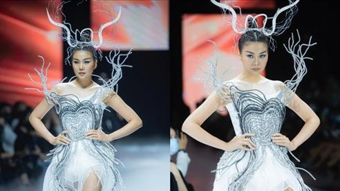 Chị đại Thanh Hằng thần thái như nữ hoàng, thả dáng siêu nuột trên sàn runway