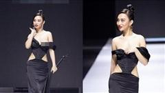 Nữ người mẫu lộ ngực trên sàn diễn vẫn tự tin catwalk, khán giả vỗ tay tán thưởng
